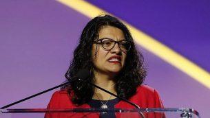 عضو مجلس النواب الأمريكي رشيدة طليب (ديمقراطية-ميشغن)، تلقي كلمة أمام المؤتمر الـ110 للجمعية الوطنية للنهوض بالملونين (NAACP)، الإثنين، 22 يوليو، 2019، في ديترويت.  (AP Photo/Carlos Osorio)