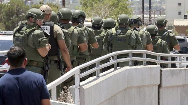 عناصر انفاذ القانون بطريقهم الى موقع هجوم اطلاق نار داخل مجمع تجاري في ال باسو، تكساس، 3 اغسطس 2019 (AP Photo/Rudy Gutierrez)