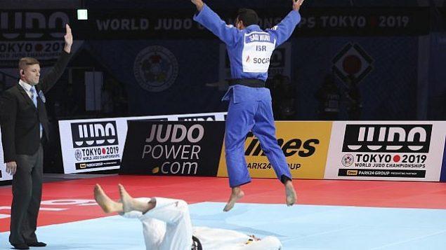 ردة فعل ساغي موكي الإسرائيلي، بعد هزيمته ماتياس كاس البلجيكي خلال نهائي بطولة العالم للجودو للرجال تحت وزن 81 كغم، في طوكيو، 28 اغسطس 2019 (AP Photo/Koji Sasahara)