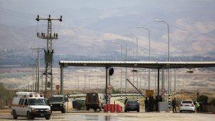 توضيحية: جندي إسرائيل يقف عند مدخل معبر ألنبي، المعبر الحدودي الرئيسي للفلسطينيين في لضفة الغربية للسفر  إلى الأردن ودول أخرى، الإثنين، 10 مارس، 2014.  (AP Photo/Sebastian Scheiner)