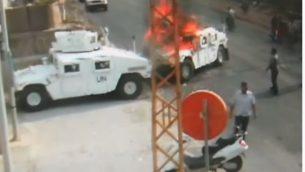 عناصر حزب الله يضرمون النيران بمركبة تابعة لقوات حفظ السلام في جنوب لبنان، في حادث وقع عام 2018. تم بث التصوير في 28 اغسطس 2019 (Screencapture/YouTube)
