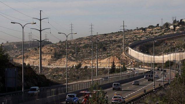 الجدار الفاصل بالقرب من بيت حورون ، على الطريق 443 في الضفة الغربية. (Kobi Gideon/Flash90)