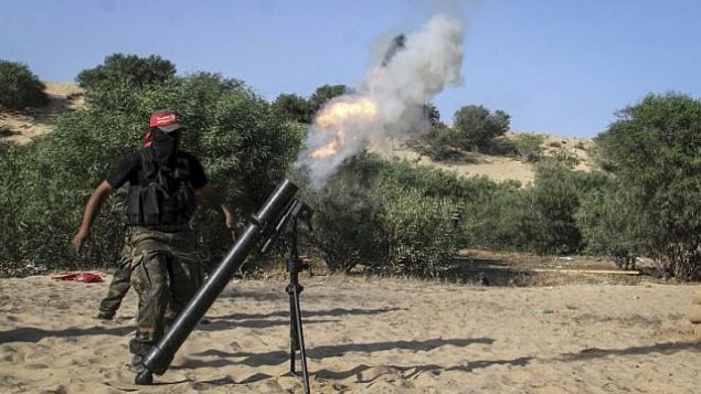 توضيحية: مسلحون فلسطينيون يطلقون قذيفة هاون خلال مراسم تخرج في رفح جنوب قطاع غزة، 29 مايو، 2015.  (Abed Rahim Khatib/Flash90)