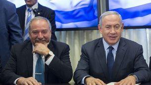 رئيس الوزراء بنيامين نتنياهو وزعيم حزب 'يسرائيل بيتنو'، أفيغدور ليبرمان، في البرلمان الإسرائيلي، 25 مايو، 2016. (Yonatan Sindel/FLASH90)