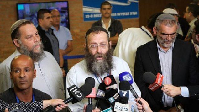 (من اليسار إلى اليمين) بينتس غوبشتين وباروخ مارزل وميخائيل بن آري من حزب 'عوتسما يهوديت' يتحدثون مع الصحافيين خارج قاعة لجنة الانتخابات المركزية في القدس، 1 أغسطس، 2019. (Noam Revkin Fenton/Flash90)
