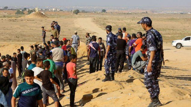 عناصر قوات امن فلسطينيين موالين لحماس، يمنعون متظاهرين من الاقتراب من الحدود خلال مظاهرة في رفح، جنوب قطاع غزة، 2 اغسطس 2019 (Abed Rahim Khatib/Flash90)