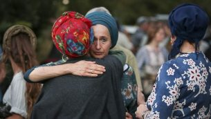 مئات الاشخاص يشاركون في مراسم جنازة ضحية هجوم الطعن دفير سوريك، في مستوطنة عوفرا بالضفة الغربية، 8 أغسطس، 2019 (Flash90)