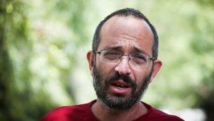 يوآف سوريك، والد طالب المعهد الديني دفير سوريك الذي قُتل في هجوم طعن، يتحدث للصحافيين خارج منزله في مستوطنة عوفرا في الضفة الغربية، 8 أغسطس، 2019. (Flash90)