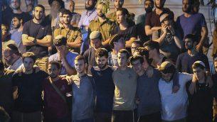أصدقاء وأقارب يشاركون في مراسم جنازة ضحية هجوم الطعن دفير سوريك، في مستوطنة عوفرا بالضفة الغربية، 8 أغسطس، 2019. (Sraya Diamant/Flash90)