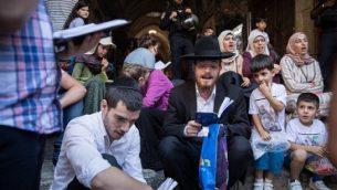 يهود يصلون ومسلمون يرددون 'الله أكبر' من امام الحرم القدسي في القدس القديمة، 11 أغسطس، 2019. (Hadas Parush/Flash90)