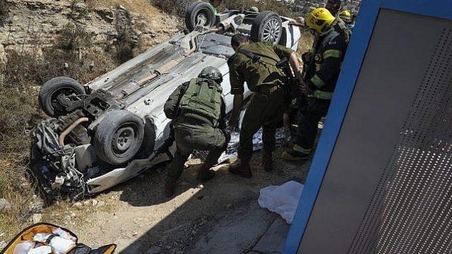 جنود يتفقدون سيارة استخدمت في هجوم دهس مشتبه به خارج في الضفة الغربية  16 أغسطس 2019 Gershon Elinson/Flash90
