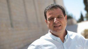عضو الكنيست أيمن عودة، زعيم 'القائمة المشتركة'، خارج مبنى المحكمة العليا في القدس، 22 أغسطس، 2019.  (Yonatan Sindel/Flash90)