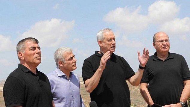 """(من اليسار إلى اليمين) غابي أشكنازي، يائير لابيد، بيني غانتس وموشيه يعالون من حزب """"أزرق أبيض"""" خلال جولة في مدينة سديروت، 6 أغسطس، 2019. (Elad Malka)"""