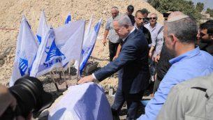 رئيس الوزراء بنيامين نتنياهو يضع حجر اساس لوحدات سكنية جديدة في مستوطنة بيت إيل، 8 اغسطس 2019 (Courtesy: Sharon Revivo/Likud)