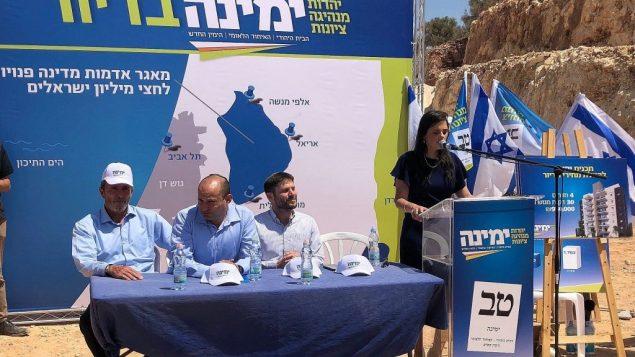 رئيسة حزب 'يامينا' ايليت شاكيد تقدم خطة حزبها للإسكان في مستوطنة عيتس افرايم، 21 اغسطس 2019 (Jacob Magid/Times of Israel)