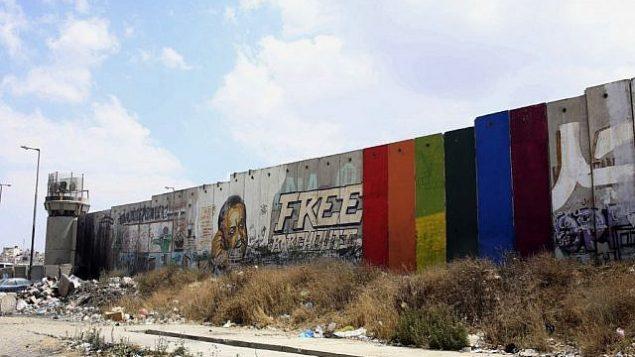 صورة تم تصويرها في 29 يونيو، 2015 نشرها الفنان الفلسطيني خالد جرار تظر رسما له لعلم قوس قزح على ستة ألواح من الجدار الفاصل في مدينة رام الله بالضفة الغربية.  (Khaled Jarrar via AP)