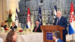 سفير إسرائيل لدى كرواتيا إيلان مور، وسط الصورة، في حفل استقبال رئيسة كرواتيا كوليندا غرابار كيتاروفيتش الذي استضافه رئيس الدولة رؤوفين ريفلين، 30 يوليو.(Haim Zach/GPO)