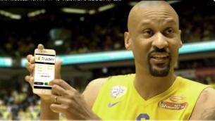اعلان من عام 2016 يظهر فيه لاعبي كرة سلة من فريق 'مكابي تل ابيب' للترويج لموقع iTrader للتجارة بالخيارات الثنائية (Screenshot Youtube)