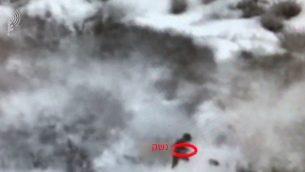 لقطة شاشة من مقطع فيديو نشره الجيش الإسرائيلي يوثق محاولة تسلل أربعة فلسطينيين عبر حدود غزة إلى داخل الأراضي الإسرائيلي، 17 أغسطس، 2019. (الجيش الإسرائيلي)