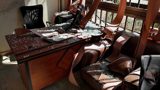 الأضرار داخل المكتب الإعلامي لمنظمة حزب الله في الضاحية الجنوبية ببيروت، لبنان، 25 أغسطس، 2019. (AP Photo/Bilal Hussein)