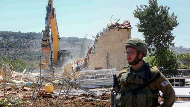قوات امن اسرائيلية تهدم مباني بالقرب من بيت جالا في الضفة الغربية، 26 اغسطس 2019 (Wisam Hashlamoun/Flash90)