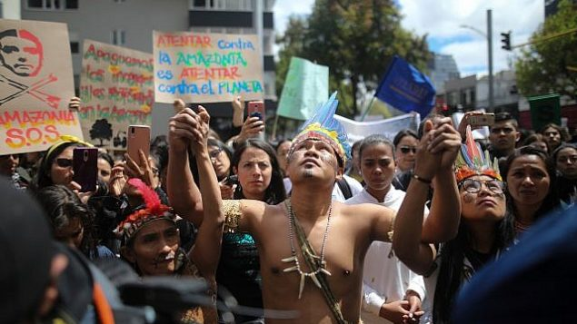 سكان اصليون ينضمون الى مظاهرات امام السفارة البرازيلية في بوغوتا، كولومبيا، لنداء  رئيس البرازيل جايير بولسونارو للعمل من اجل حماية غابات الأمازون، 23 اغسطس 2019 (AP Photo/Ivan Valencia)