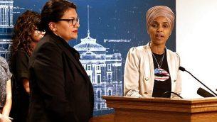 عضوتا الكونغرس إلهان عمر (ديمقراطية من مينيسوتا) ورشيدة طليب (ديمقراطية من ميشيغن) ، خلال مؤتمر صحفي عُقد في 19 أغسطس، 2019، في مقر حكومة ولاية منيسوتا في مدينة سانت بول، مينسوتا.  (AP Photo/Jim Mone)