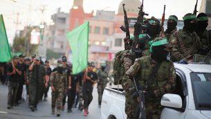 عناصر في كتائب عز الدين القسام، الجناح العسكري لحركة حماس، يشاركون في مسيرة في مدينة غزة، 25 يوليو، 2019. (Hassan Jedi/Flash90)