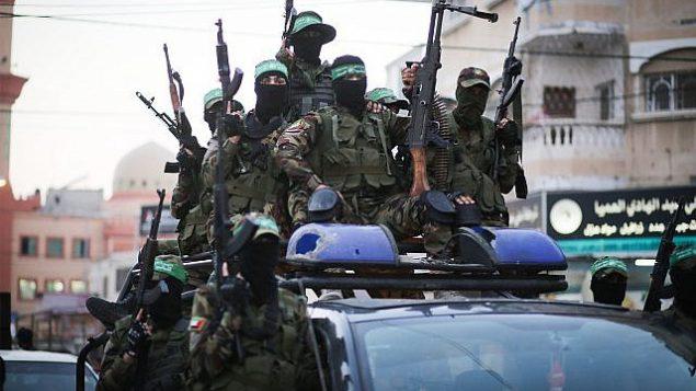 عناصر من كتائب عز الدين القسام، الجناح العسكري لحركة حماس، تشارك في مسيرو في مدينة غزة، 25 يوليو، 2019. (Hassan Jedi/Flash90)