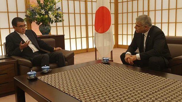 وزير الخارجية الياباني تارو كونو، يسار، يستقبل عضو الكنيست يائير لابيد في طوكير، 19 أغسطس، 2019. (Courtesy)