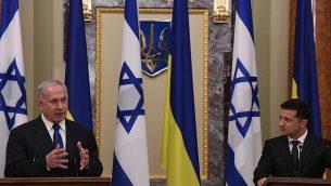رئيس الوزراء بنيامين نتنياهو، يسار، والرئيس الأوكراني فولوديمير زيلينسكي خلال مؤتمر صحفي في مقر الرئاسة في كييف، أوكرانيا، 19 أغسطس، 2019.  (Amos Ben-Gershom (GPO)