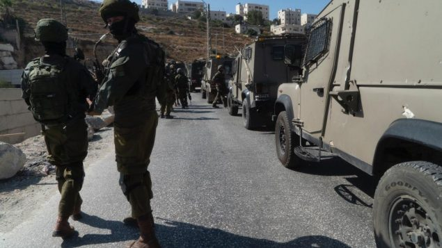 جنود اسرائيليون خلال عمليات بحث في قرية بيت فجار الفلسطينية، بالقرب من بيت لحم، بعد العثور على جثمان جندي اسرائيلي خارج الخدمة تعرض للطعن، بالقرب من مستوطنة ميجدال عوز في منطقة عتصيون، 8 اغسطس 2019 (Israel Defense Forces)