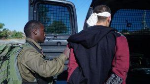 احد المشتبه بهم بقتل دفير سوريك، بعد اعتقاله على يد حرس الحدود والجيش في الضفة الغربية، 10 اغسطس 2019 (Israel Defense Forces)