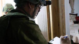 القوات الإسرائيلية تقوم بأخذ قياسات منزلي المشتبه بهما بقتل دفير سوريك تمهيدا لهدمهما في جنوب الضفة الغربية، 12 أغسطس، 2019.  (Israel Defense Forces)