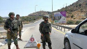 جنود إسرائيليون يضعون الحواجز في إطار عمليات بحث عن مشتبه بهم بتفجير قنبلة بالقرب من مستوطنة دوليف الإسرائيلية بالضفة الغربية، 23 أغسطس، 2019، والذي أسفر عن إصابة ثلاثة أشخاص.  (Israel Defense Forces)