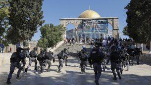 قوات الامن الإسرائيلية خلال اشتباكات مع مصلين مسلمين في الحرم القدسي، 11 اغسطس 2019 (Ahmad Gharabli/AFP)