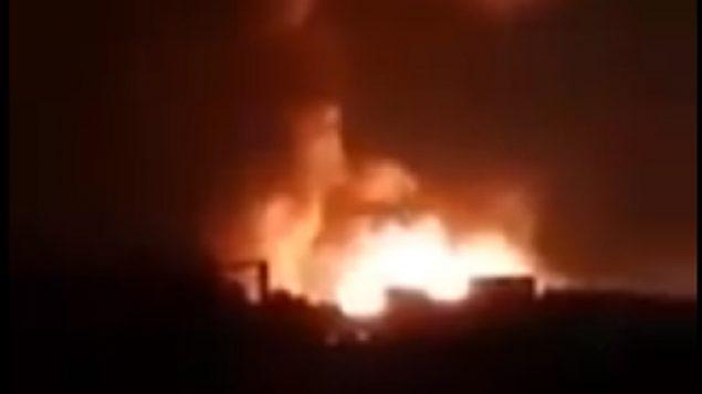 صورة شاشة من فيديو يدعي اظهار غارة جوية اسرائيلية ضد قوات إيرانية في سوريا، 24 اغسطس 2019 (screen capture: Twitter)