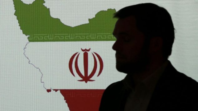 صورة توضيحية: خبير امن الكتروني يقف امام خارطة إيران بينما يتحدث مع صحفيين حول تقنات قرصنة إيرانية، 20 سبتمبر 2017، في دبي، الامارات (AP Photo/Kamran Jebreili)