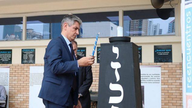السفير الإسرائيلي الى بنما رضا منصور، يضيئ شمعة في ذكرى الجنود وضحايا الهجمات الإسرائيليين، 8 مايو 2019 (Facebook page of Israeli Embassy in Panama)