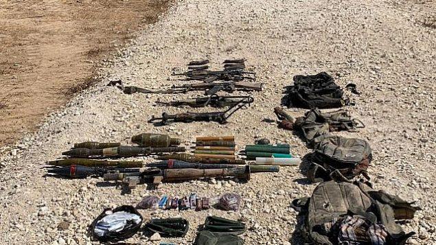 تظهر هذه الصورة التي أصدرها الجيش الإسرائيلي مجموعة من الأسلحة ، بما في ذلك البنادق وقاذفات آر بي جي والقنابل اليدوية والقواطع الجريئة والسكاكين التي يحملها أربعة من سكان غزة الذين حاولوا عبور الحدود إلى إسرائيل ، 10 أغسطس 2019. (الجيش الاسرائيلي)