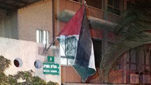 علم فلسطيني وُضع خارج مبنى بلدية بيتح تيكفا في 4 سبتمبر، 2019.(Courtesy)