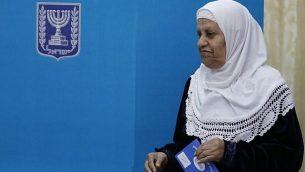 سيدة من مواطني إسرائيل العرب تدلي بصوتها في الانتخابات البرلمانيةالإسرائيلية في 9 أبريل، 2019، في أحد مراكز الاقتراع في مدينة الطيبة شمال البلاد. (Ahmad GHARABLI / AFP)