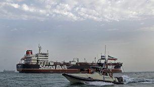 صورة تم التقاطها في 21 يوليو، 2019، للحرس الثوري الإيراني وهو يقوم بدورية حول ناقلن النفط 'ستينا إمبيرو' التي تحمل العلم البريطاني وهي ترسو قبال ميناء بندر عباس.  (Hasan Shirvani/Mizan News Agency/AFP)