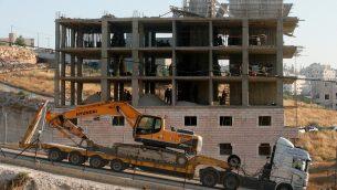 القوات الإسرائيلية تتهيأ لهدم مبنى فلسطيني قيد البناء في منطقة وادي الحمص، المحاذية لقرية صور باهر الفلسطينية في القدس الشرقية، 22 يوليو 2019 (Hazem Bader/AFP)