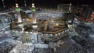 توضيحية: مصلون مسلمون في مسجد الحرام في مدينة مكة، 7 أغسطس، 2019، قبل انطلاق موسم الحج السنوي في المدينة المقدسة.  (Photo by FETHI BELAID / AFP)