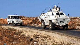 مركبات تابعة لقوات حفظ السلام التابعة للأمم المتحدة على طريق بالقرب من الحدود الإسرائيلية اللبنانية بالقرب من بلدة كفركلا اللبنانية، 1 سبتمبر، 2019.  (Ali Dia/AFP)
