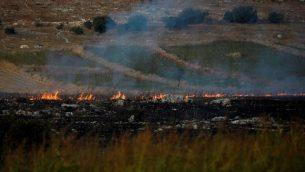 النيران وسحب الدخان بعد قيام منظمة حزب الله بإطلاق صواريخ مضادة للدبابات باتجاه إسرائيل، كما تظهر من موقع قريب من موشاف أفيفيم المتاخم للحدود مع لبنان، 1 سبتمبر، 2019.  (Jalaa Marey/AFP)