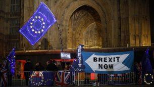 متظاهرون معارضون لبريكسيت مع لافتات واعلام الاتحاد الاوروبي يقفون الى جانب لافتات مناصرة لبريكسيت امام مبنى البرلمان في لندن، 9 سبتمبر 2019 (Tolga Akmen / AFP)