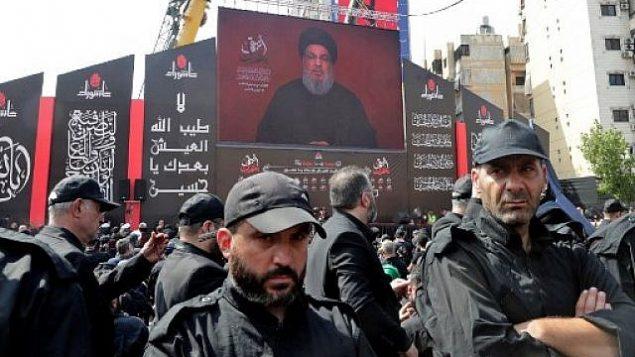 توضيحية: مناصرو منظمة حزب الله يحتشدون لمشاهدة بث كملة الأمين العامة للمنظمة، حسن نصر الله، على شاشة ضخمة، في بلدة العين في سهل البقاع اللبناني، 25 أغسطس، 2019.  (AFP)