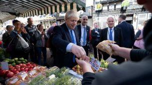 الوزراء البريطاني بوريس جونسون يلتقي بالجمهور خلال زيارته لسوق دونكاستر ، في دونكاستر ، شمال إنجلترا ، 13 سبتمبر 2019  JON SUPER / POOL / AFP